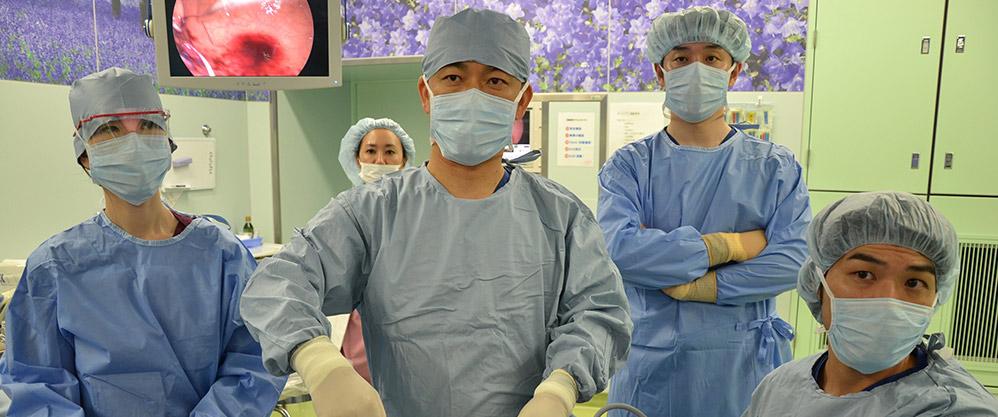 内视镜手术件数全球第一的Medical-Topia草加医院院长金平永二正在做内视镜外科手术